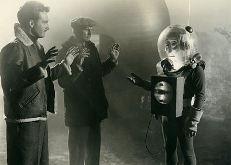 The Man from Planet X (USA 1951) Szenenbild mit Robert Clarke, Raymond Bond und Pat Goldin