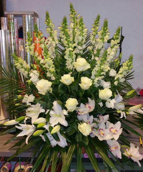 centro de flores para el funeral del difunto