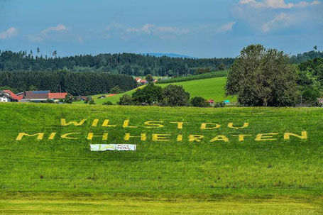 Auf der Schwatzener Halde steht es gelb auf Grün: Michaela Binger will Markus Ganal heiraten. (Bild: Wolfgang Schneider)