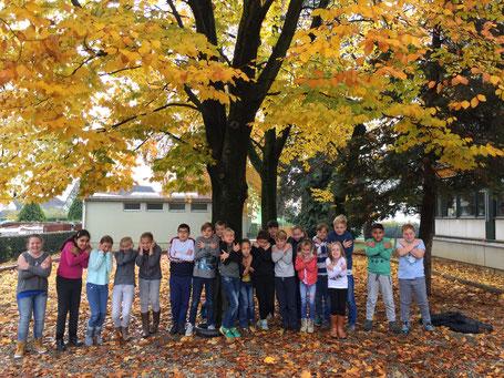 Kinder, unter einem Baum ,Herbst, frieren
