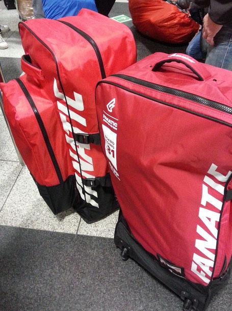 Unser Gepäck- Boards, Paddel, Klamotten- alles in einer Tasche