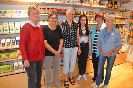 Einige Mitarbeiter des Weltladens von links: Andrea Helmer,  Anemon Schlosser, Rosalie Nold, Sedef Ergin, Maja Paul, Waltraud Christa