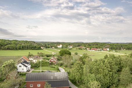 Flygfoto över Flatön taget från Korsgård mot Flatö kyrka, och skolorna, 2016. Foto: Per Pixel