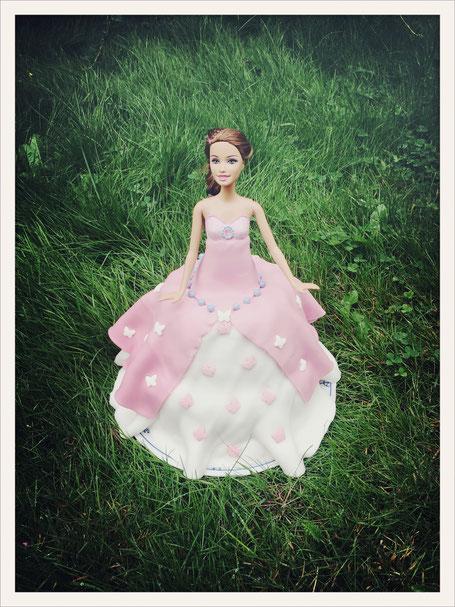Barbiekuchen, Kuchen mit Barbie in der Mitte, Barbiekuchen einfach, Kuchen Fondant Barbie