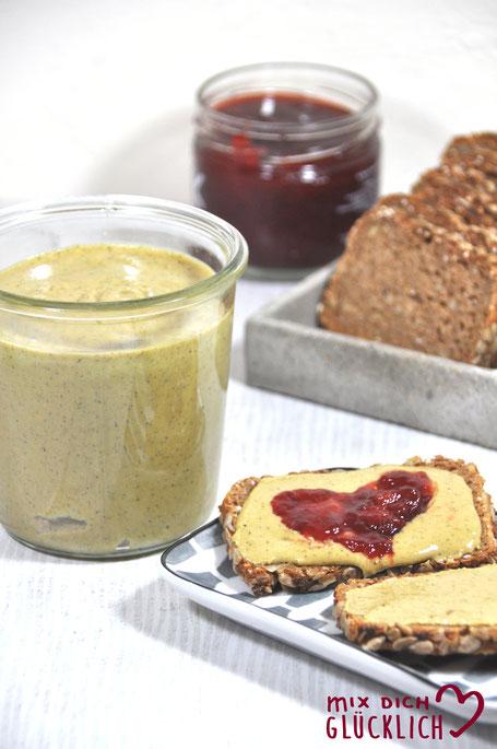 Gesunde Erdnussbutter Erdnusscreme ohne Zugabe von Zucker vegan aus dem Thermomix mit Sonnenblumenkernen und Kürbiskernen