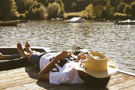 Am Ersatzruhetag am See liegen steht einem nach Sonntagsarbeit gesetzlich zu - Rechtsanwalt für Sonntagsarbeit
