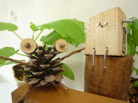 学生が木材や木の実などを使う教材研究で試作した作品