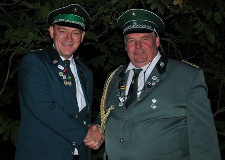Michael Wittmann (links) wird vom Vorsitzenden Friedhelm Steggemann gratuliert.