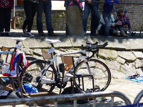 Mon foil attend sagement dans le parc à vélo