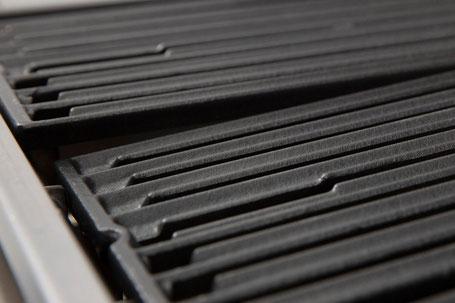 Grillroste schräg einsetzbar - für besseren Fettablauf