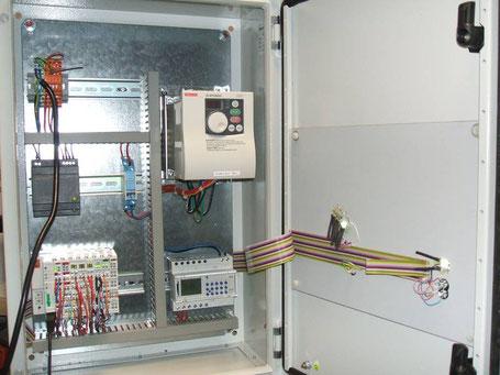 Steuerschrank mit Frequenzumrichter und Vorort-Intelligenz