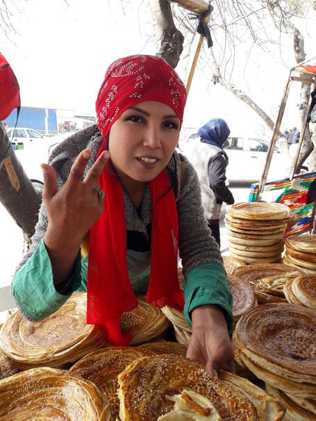 Un pain du monde : le pain ouzbek. Vendeuse de pain dans la vallée de Fergana