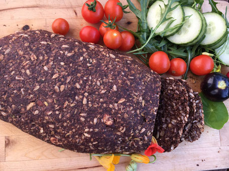 Frisch gebackenes Brot mit Gemüse