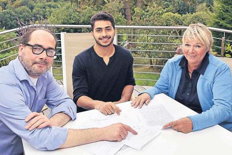 Ahmed Al-Jibawi (Mitte) ist dankbar für die Unterstützung der Initiative Willkommen in Cronenberg mit Peter Hytrek und Monika Mäuer. Foto: Stefan Fries