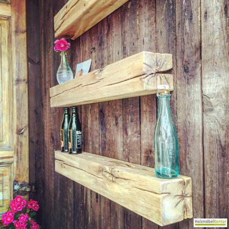 Balken Regale Eiche rustikal an Wand montiert.
