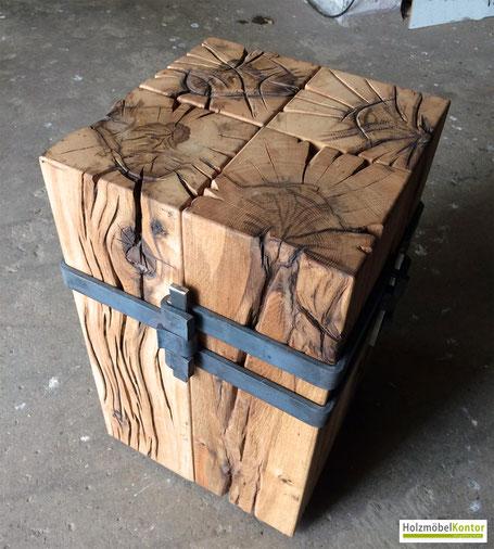 """Hocker Eiche """"meisterwerk"""" von Holzmöbelkontor auf Beton-Boden."""