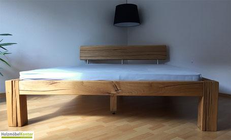 Bett aus Wildeiche im Schlafzimmer.