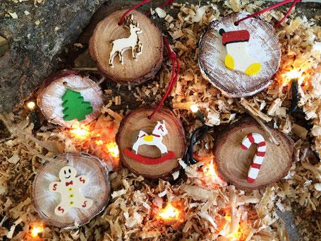 Decorazioni natalizie, palline albero di natale, ornamenti in legno