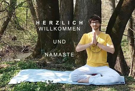 Yogalehrer Chris Brand auf der Yogamatte