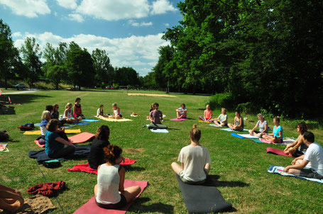 Yoga-Gruppe im Grünen.