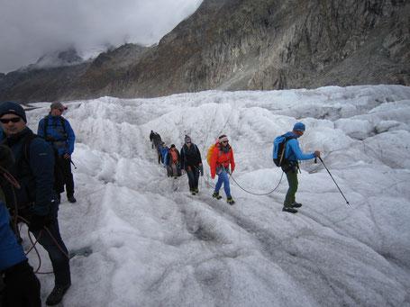 """Während der Gletscherwanderung wurde allen bewusst, was es heißt, in einer """"Seilschaft"""" zu gehen, nämlich aufeinander aufpassen und Rücksicht nehmen."""