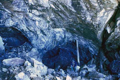 Bergwerk Starlera. Blick gegen E in die Abbautiefe. Bergbau Hinterrhein Gebiet, Schams, Avers