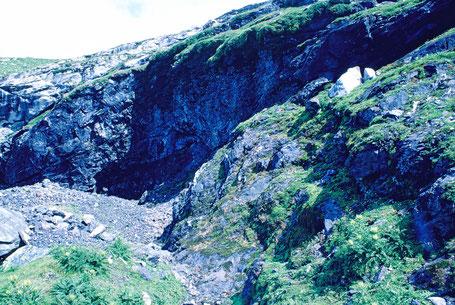 12m hohe Abbauwand der Fe/Mn Lagerstätte Fianal. Bergbau Ausserferrera, Schams