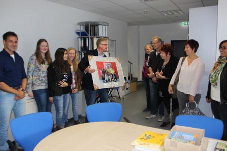 Schüler, Lehrer und Mitarbeiter übergeben Bildgeschenk. (Foto: Johann Eisfeld)