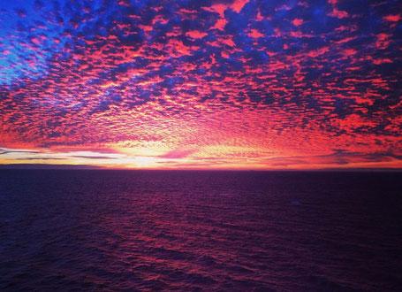 Leben und Arbeiten auf dem Schiff, Kreuzfahrt, Meer, Meerweh, Sonnenuntergang
