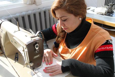 Frauen in der Ausbildungsschneiderei in Bulgarien erlernen eine Beruf.