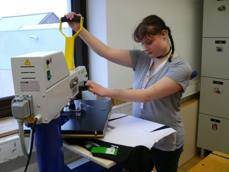 In Handarbeit werden die Motive für speakingbags gedruckt und aufgebracht.