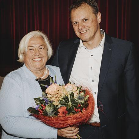 Der 1. Vorsitzende Klaus Zimmermann beglückwünscht Barbara Bogner zur einstimmigen Nominierung