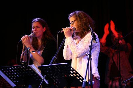 Kein Immobilienfoto, Bild von zwei Sängerinnen während eines Konzerts