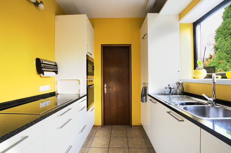 Bild der selben Küche, das einen großen Teil des Raumes zeigt.