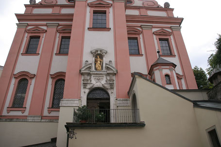 Immobilienfoto: Blich auf den Eingang einer Kirche