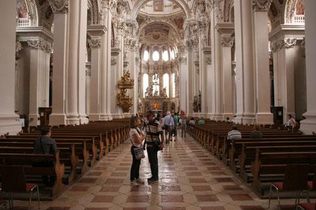 Immobilienfoto: Kirchenschiff mit einzelnen Besuchern
