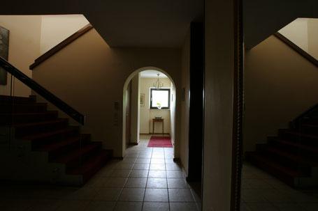 Immobilienfoto Bild eines Treppenhause mit großen Helligkeitsunterschieden