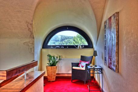 Immobilienphoto: Sessel an einem Fenster, unnatürlich bunt