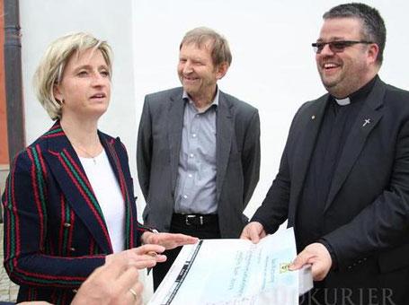 Ministerin Hoffmeister-Kraut mit Stiftungsrat Karl Hermann und Dekan Christoph Neubrand,   Foto: Gregor Moser, SÜDKURIER