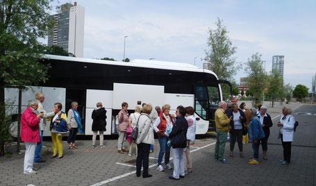 Kaffee- und Kuchenpause am Bus