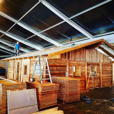 mobile Almhütte aus Altholz und Sonnenverbrannten Holz wird von Gastronomen gekauft