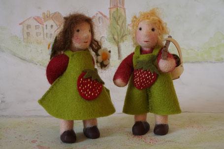 Erdbeerkind, Erdbeerjunge, Erdbeermädchen, Dekoration für den Jahreszeitentisch, Puppen für den Jahreszeitentisch, Filzpuppe, gefilzte Puppe, Susanne Schillinger, Wunderfilzig, Biegepüppchen,