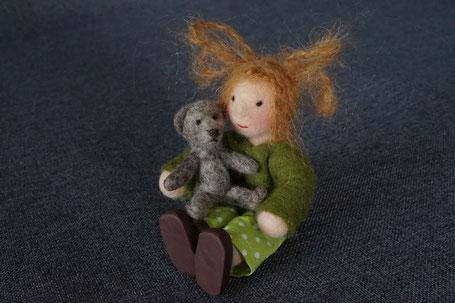 Energiepuppe, Puppenhauspuppe, Biegepüppchen, Filzpuppe, gefilzte Puppe, Filzteddy, Teddyminiatur, Puppenminiatur, Puppenhaus, Jahreszeitentisch, Puppe für Jahreszeitentisch
