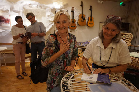 Signierstunde mit Fan von Gabriele Dienstl