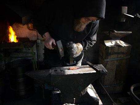 Der Berggeist Schwertschmiede Schwertschmied Schmiedehandwerk Mittelalter Wikinger