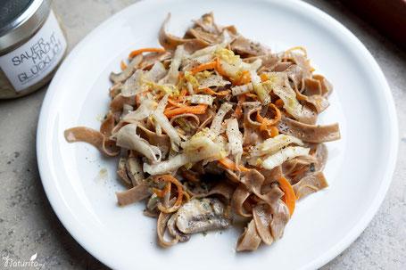 Vegane Nudelpfanne mit Champignons & Sauerkraut SAUER MACHT GLÜCKLICH | handmade fermented foods - Vegan. Rohkost. Glutenfrei. Natürlich. Gesund. Lecker.
