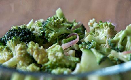 Brokkoli-Gurken-Salat SAUER MACHT GLÜCKLICH | handmade fermented foods - Vegan. Rohkost. Glutenfrei. Natürlich. Gesund. Lecker.