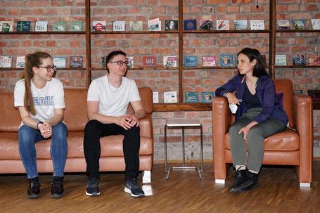Im Tonstudio: Studierende der HTWK besprechen mit Marina Frenk die Hörbuchaufnahme