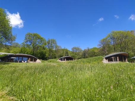Les Bulles d'Herbe sont 3 écolodges semi-enterrés alliant l'insolite, le confort et la nature !