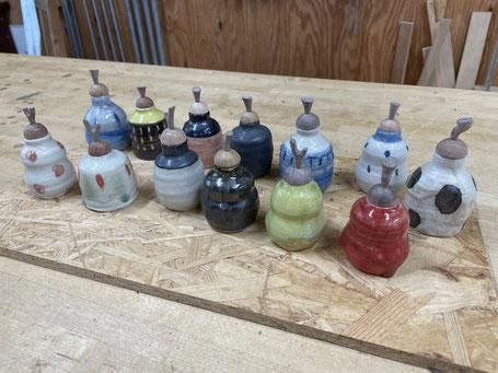 振出の蓋の製作。木栓につまみを固定。FUTAMONO-YA、陶芸家森下真吾と家具工房ZEROSSOの木工作家清水泰とのコラボレーションブランド。